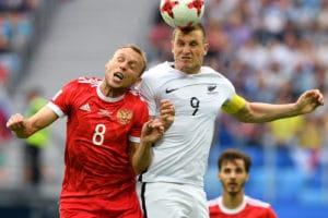 Der Russe Denis Glushakov (L) gegen Neuseelands Stürmer Chris Wood im Krestovsky Stadium in Saint-Petersburg am 17. June 2017. / AFP PHOTO / Mladen ANTONOV