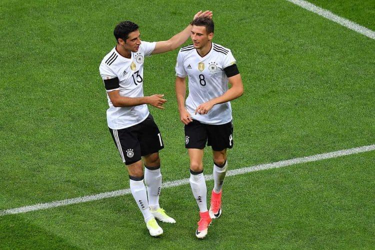 Lars Stindl gratuliert Leon Goretzka zum 3:1. Beide Spieler konnten vor allem in der 1. Halbzeit durch gute Aktionen überzeugen. (Foto AFP)