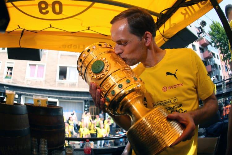 Letzte Amtshandlung in schwarz-gelb: Thomas Tuchel küsst den DFB-Pokal. Der Trainer wurde nach den Feierlichkeiten seines Amtes enthoben. Grund dafür sollen schon länger anhaltende Streitigkeiten mit Vereinsführung und einigen Abteilungen gewesen sein. / AFP PHOTO / POOL / Ina FASSBENDER
