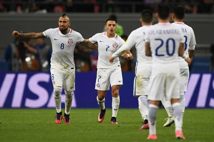 Chile's Arturo Vidal (L) und Alexis Sanchez feiern den Einzug ins Finale nach einem spannenden Elfmeterschießen gegen Portugal im Confed Cup Halbfinale! AFP PHOTO / FRANCK FIFE