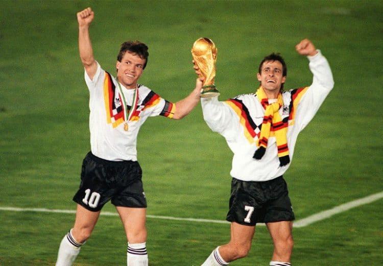 Weltmeister 1990. Lothar Matthaeus (L) und Pierre Littbarski feiern nach dem von Andreas Brehme verwandelten Elfmeter den Sieg gegen Argentinien am 08 Juli 1990 in Rom. AFP Photo.