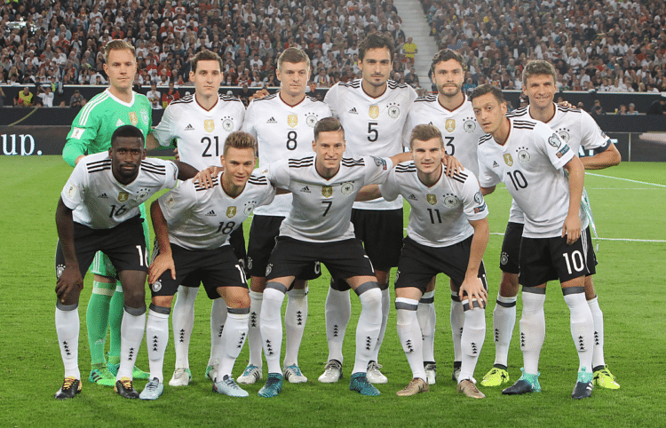 Die deutsche Startaufstellung gegen Norwegen in Stuttgart am 4.September a2017. / AFP PHOTO / Daniel ROLAND
