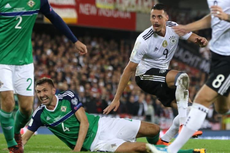 Sandro Wagner trifft für den DFB zum 2:0 gegen Nordirland. Deutschland ist nach dem Sieg im Windsor Park in Belfast bereits für die WM-Qualifiziert. 5.Oktober 2017. / AFP PHOTO / Paul FAITH