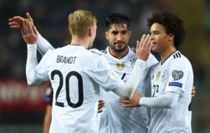 Julian Brandt, Emre Can und Leroy Sané (v.L.n.R.) feiern nach Emre Cans 5:1 gegen Aserbaidschan in Mainz 8. Oktober 2017. / AFP PHOTO / Christof STACHE