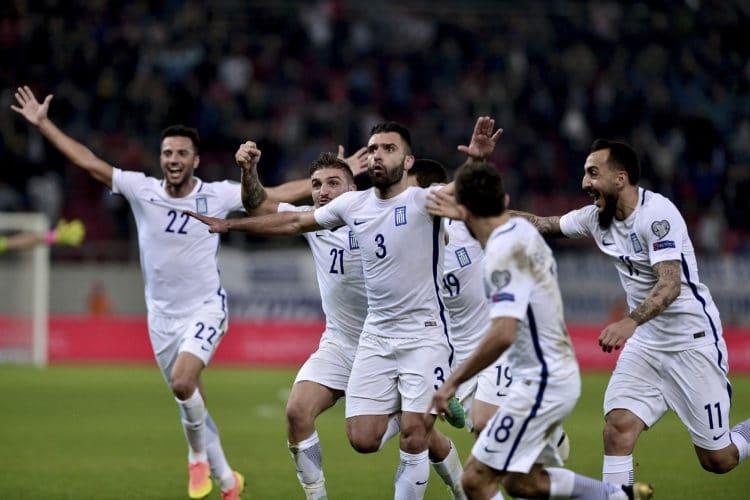 Griechenlands Giorgos Tzavellas (C) feiert nach seinem Tor gegen Bosnien in der WM-Qualifikation am 13. November 2016. Beide Teams liefern sich auch aktuell ein Kopf-an-Kopf Rennen um den 2. Platz in Gruppe H. / AFP PHOTO / Angelos TZORTZINIS