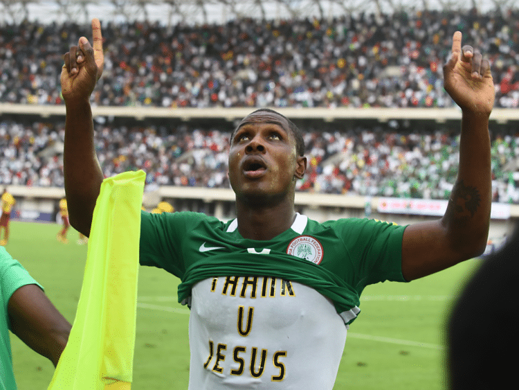 "Der Nigerianische Stürmer Odion Ighalo trägt nach der geschafften WM-Qualifikation ein ""thank u Jesus"", T-Shirt, / AFP PHOTO / PIUS UTOMI EKPEI"