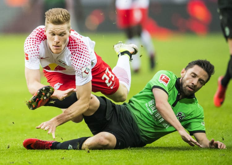 Leipzig´s Abwehrspieler Marcel Halstenberg (L) im Kampf mit Hannover´s Julian Korb am 3.November 2017. / AFP PHOTO / ROBERT MICHAEL