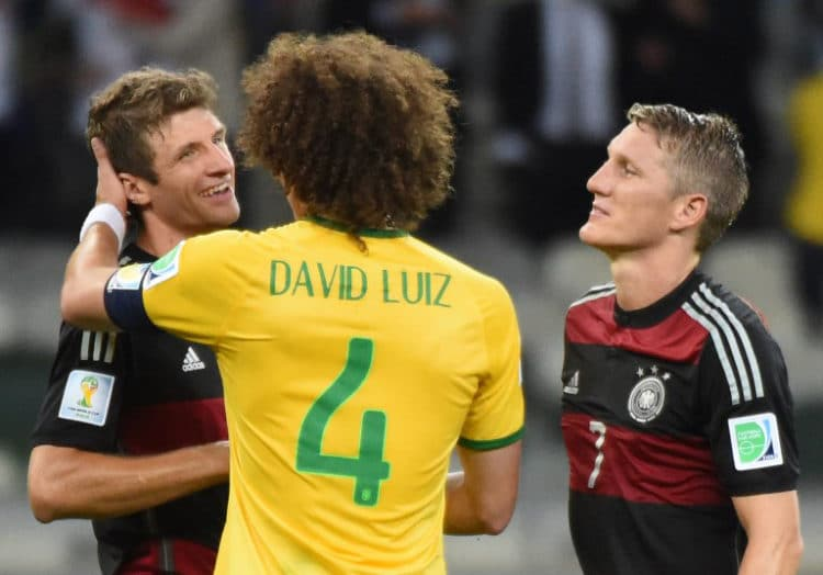 Der Brasilianer David Luiz (Mitte) nach der 1:7 Niederlage mit Bastian Schweinsteiger (R) und Thomas Müller im Mineirao Stadium in Belo Horizonte am 8.Juli 2014. AFP PHOTO / CHRISTOPHE SIMON