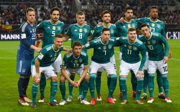 Die deutsche Startaufstellung am 23.März 2018 gegen Spanien in Düsseldorf im neuen grünen DFB Away Trikot von Adidas - (hinten) ter stegen, hummels, Kroos, Hector, Khedira, Boateng (vorne) Kimmich, Müller, Draxler, Werner, Özil (Foto AFP)
