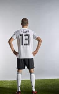 Thomas Müller mit der Rückennummer 13 im neuen Adidas Deutschland Trikot. Photo: Adidas Presse.