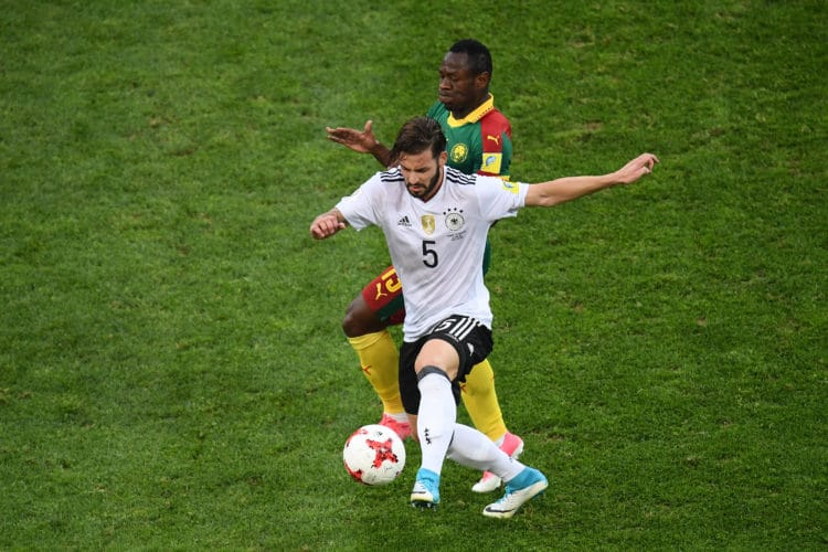 Marvin Plattenhardt im Zweikampf mit Kameruns Stürmer Bassogog beim Confed Cup im Fisht Stadion in Sochi am 25. Juni 2017. / AFP PHOTO / FRANCK FIFE