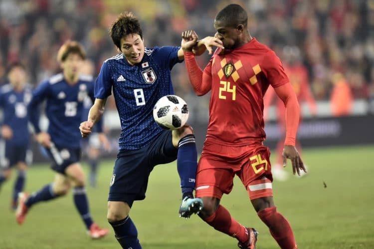 Japans StürmerGenki Haraguchi (L) im Zweikampf mit Belgiens Christian Kabasele (R) während ihres Freundschaftsspiels im November 2017 in Brügge. / AFP PHOTO / JOHN THYS