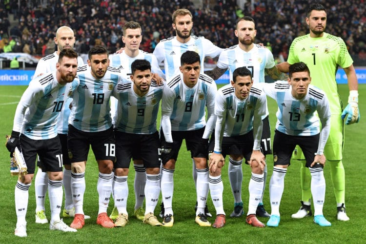 Argentiniens Startaufstellung vor dem Freundschaftsspiel zwischen Argentinien und Russland im Luzhniki Stadion in Moskau am 11. November 2017. / AFP PHOTO / Mladen ANTONOV