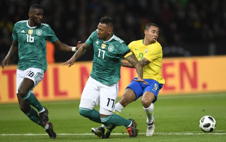 Brasiliens Stürmer Gabriel Jesus gegen Antonio Ruediger (Nummer 16) und Jerome Boateng beim Testspiel gegen Brasilien am 27.März 2018. / AFP PHOTO / ROBERT MICHAEL