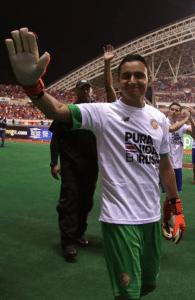 Keylor Navas bedankt sich bei seinen Fans nachdem Costa Rica sich erfolgreich für die WM 2018 qualifiziert hatte. Photo: AFP.