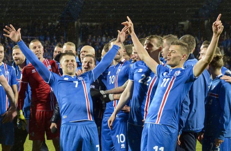 Islands Spieler feiern die erfolgreiche WM 2018 Qualifikation nach ihrem 2:0 Sieg gegen den Kosovo in Reykjavik. / AFP PHOTO / Haraldur Gudjonsson / ALTERNATIVE CROP
