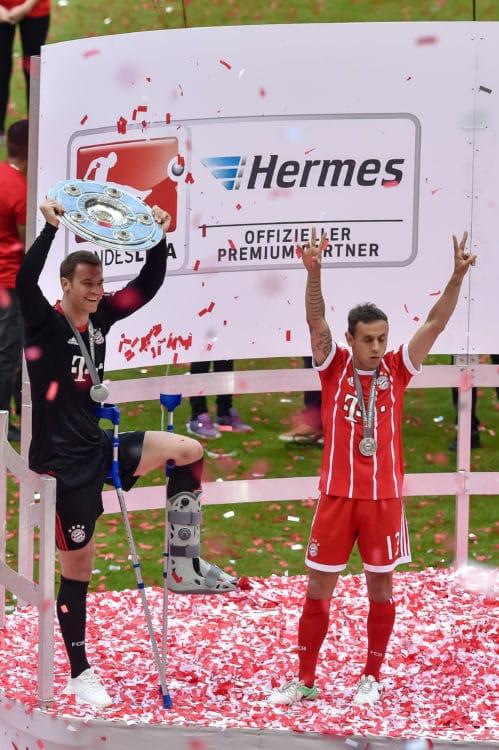 Manuel Neuer feriert am 20. Mai 2017 die Deutsche Meisterschaft 2017. Danach war er lange verletzt und steigt nun erst im April 2018 ins Training ein. Wird es reichen für die WM-Teilnahme? / AFP PHOTO / Guenter SCHIFFMANN /