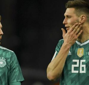 Niklas Süle mit der Rückennummer 26 im neuen DFB Away Trikot 2018 nach dem Länderspiel gegen Brasilien im März 2018 (Foto AFP)