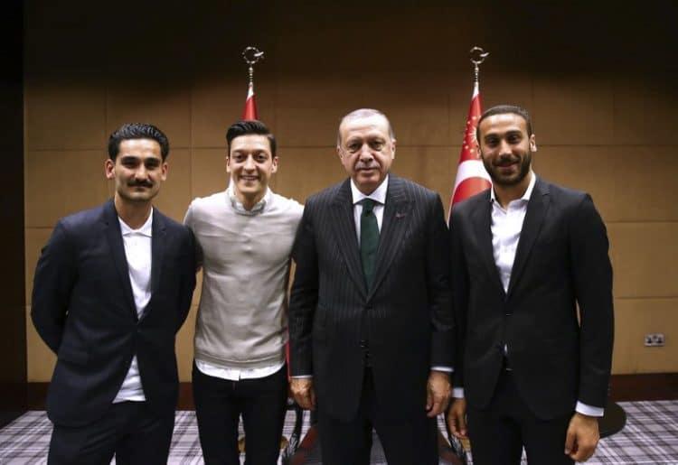 Am 13.Mai 2018 trafen die beiden deutschen Nationalspieler Ilkay Gündogan und Mesut Özil sowie der türkische Nationalspieler Cenk Tosun (R) in London den türkischen Präsidenten Tayyip Erdogan und übergaben ihm jeweils ein Trikot. / AFP PHOTO / TURKISH PRESIDENTIAL PRESS SERVICE / KAYHAN OZER /