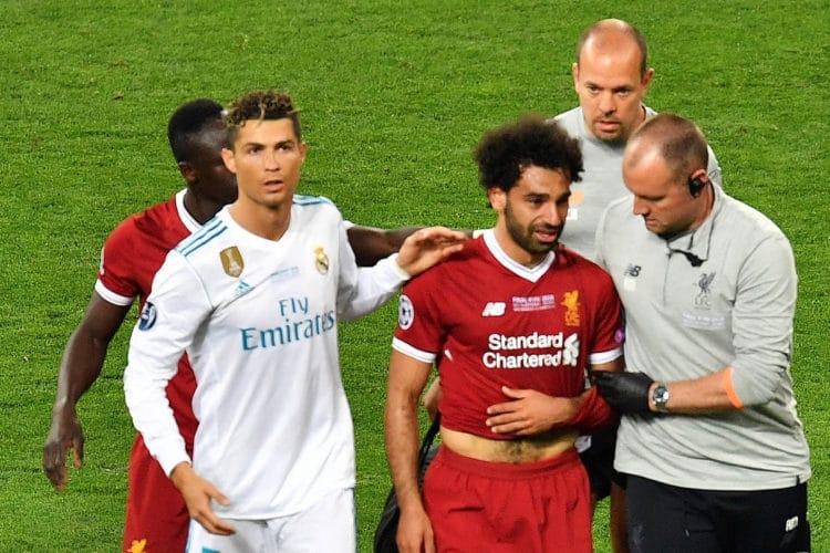 Liverpools Ägyptischer Stürmerstar Mohamed Salah (Mitte) kann heute spielen! Hier nach seiner Verletzung im verlorenen Champions League Finale 2018 / AFP PHOTO / Sergei SUPINSKY