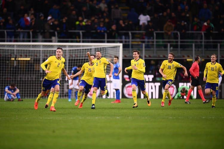 Schweden Jubelt in ihren neuen Adidas WM 2018 Heimtrikots nach dem Siegtreffer gegen Italien in den Playoffs zur WM. Photo: AFP.