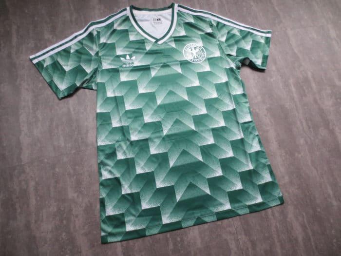 Deutschlands Auswärtstrikot zur WM 1990. Das neue WM 2018 Awaytrikot ist an dieses ikonische Design angelehnt.