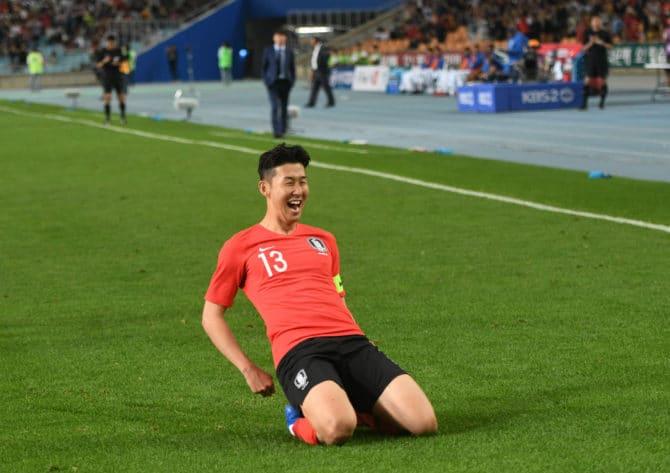 Südkoreas Heung-Min Son im roten Heimtrikot von Südkorea/ AFP PHOTO / Jung Yeon-je