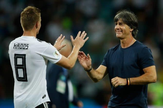 Toni Kroos (L) und Bundestrainer Joachim Löw nach dem 2:1 Sieg gegen Schweden im Fisht Stadium in Sochi am 23.Juni 2018. / AFP PHOTO / Odd ANDERSEN