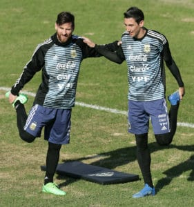 Argentiniens Lionel Messi (L) und Angel Di Maria beim Training in Buenos Aires am 27.Mai 2018 in ihren Prematch Shirts und Trainingsanzügen / AFP PHOTO / Alejandro PAGNI