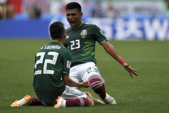 Mexico's Stürmer Hirving Lozano (L) erzielt das 1:0 und feiert mit Jesus Gallardo AFP PHOTO / Patrik STOLLARZ /