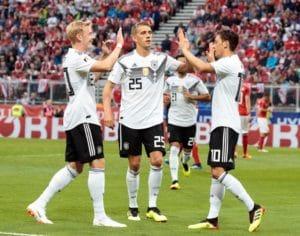 Mesut Özil erzielt das 1:0 - Julian Brandt (Links) und Nils Petersen freuen sich! AFP PHOTO / APA / Johann GRODER / Austria OUT