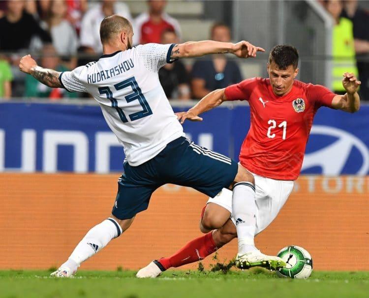 Russlands Fedor Kudryashov (l) und der Österreicher Stefan Lainer beim Testspiel im Tivoli stadium in Innsbruck am 20. Mai 2018. / AFP PHOTO / JOE KLAMAR