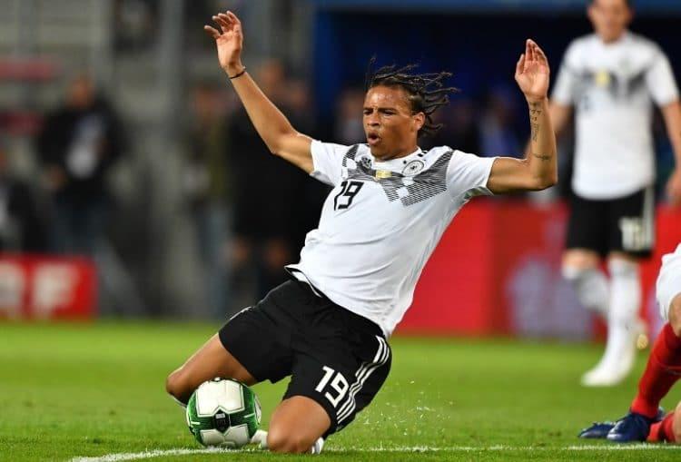 Leroy Sané mit der Nummer 19 beim Länderspiel gegen Österreich - auch er konnte die 1:2 Niederlage nicht verhindern. / AFP PHOTO / Joe KLAMAR