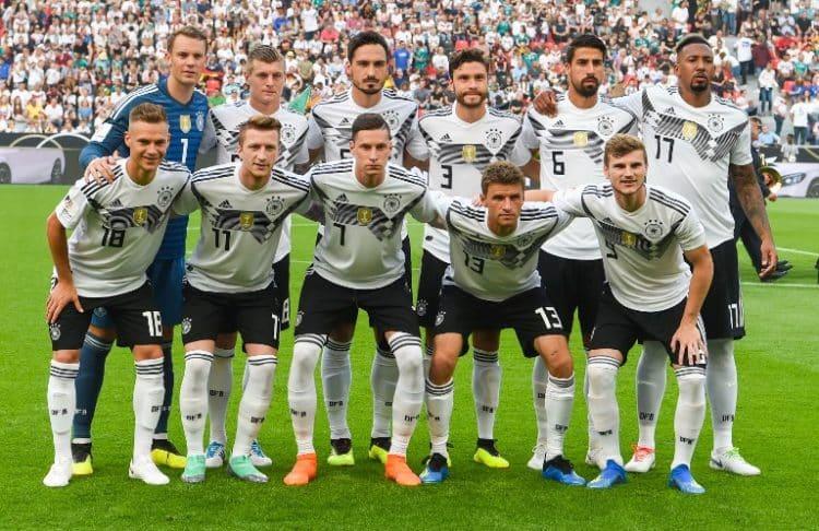 Die deutsche Startaufstellung heute gegen Saudi-Arabien. / AFP PHOTO / Patrik STOLLARZ