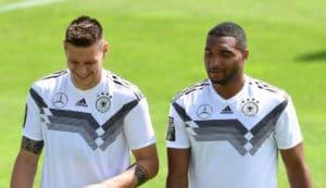 Niklas Süle (links) und Jonathan Tah (rechts) im Trainingslager in Südtirol im neuen DFB Trikot 2018. (Foto AFP)