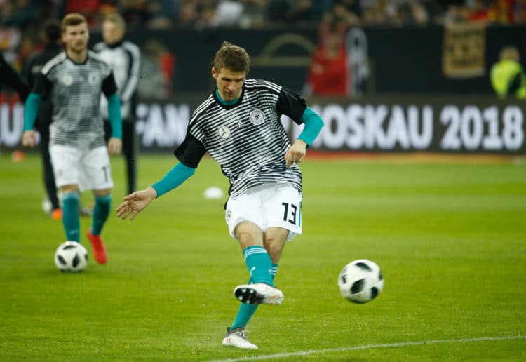 Thomas Müller vor dem Länderspiel gegen Spanien am 23.März 2018 im neuen pre match Shirt des DFB/ AFP PHOTO / Odd ANDERSEN