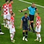 Der Argentinische Schiedsrichter Nestor Pitana (R) im WM-Finale zwischen Frankreich und Kroatien. / AFP PHOTO / Alexander NEMENOV