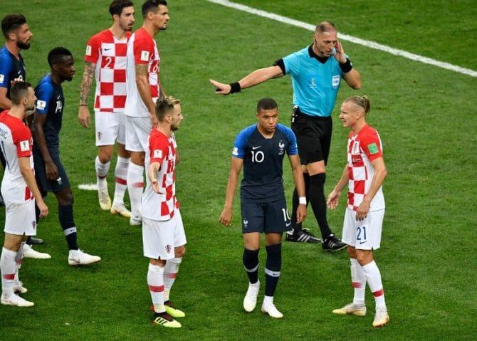 Der Argentinische Schiedsrichter Nestor Pitana (R) hat bisher ein unglückliches Händchen! AFP PHOTO / Alexander NEMENOV /