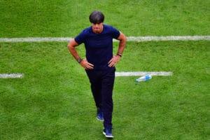 Joachim Löw auf dem Rasen von Kasan nach dem Ausscheiden gegen Südkorea. / AFP PHOTO / Luis Acosta