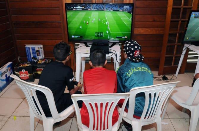 Jungs spielen FIFA 18 - ein besonders beliebtes Playstation-Spiel. (Shutterstock.com)