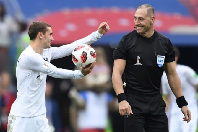 Frankreichs Antoine Griezmann (L) kennt Schiri Nestor Pitana aus dem Viertelfinale gegen Uruguay / AFP PHOTO / Kirill KUDRYAVTSEV