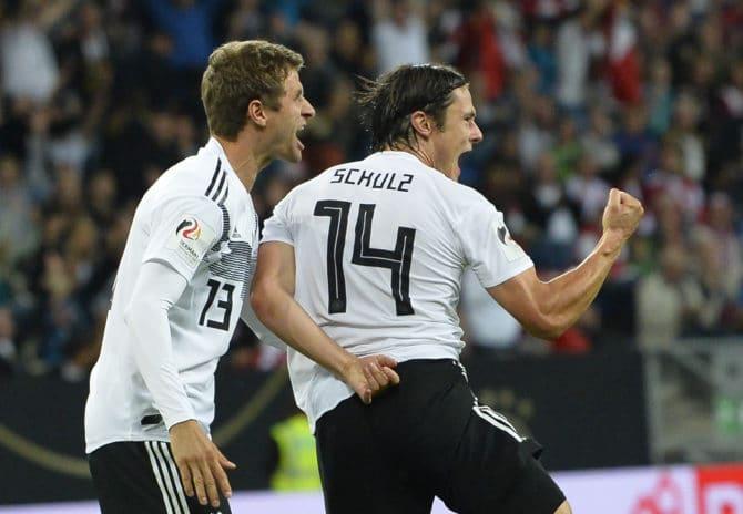 Deutschlands Verteidiger und Debütant Nico Schulz (R) feiert seinen Treffer zum 2-1während dem Freundschaftsspiel zwischen Peru und Deutschland am 9. September 2018, in der Rhein-Neckar-Arena in Sinsheim. / AFP PHOTO / THOMAS KIENZLE /