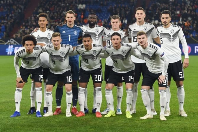 Die deutsche Startaufstellung gegen Holland in Gelsenkirchen am 19. November 12018. (Photo by Patrik STOLLARZ / AFP)
