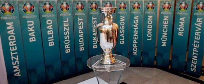 Wo findet die Fußball EM 2020 statt?Der EM 2020 Pokal und die 12 Austragungsorte / AFP PHOTO / ATTILA KISBENEDEK