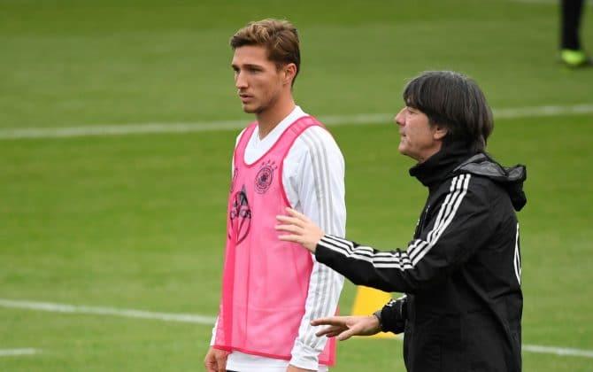 Der Bundestrainer beim Training, hier mit Niklas Stark im Oktober 2019 (Ina FASSBENDER / AFP)