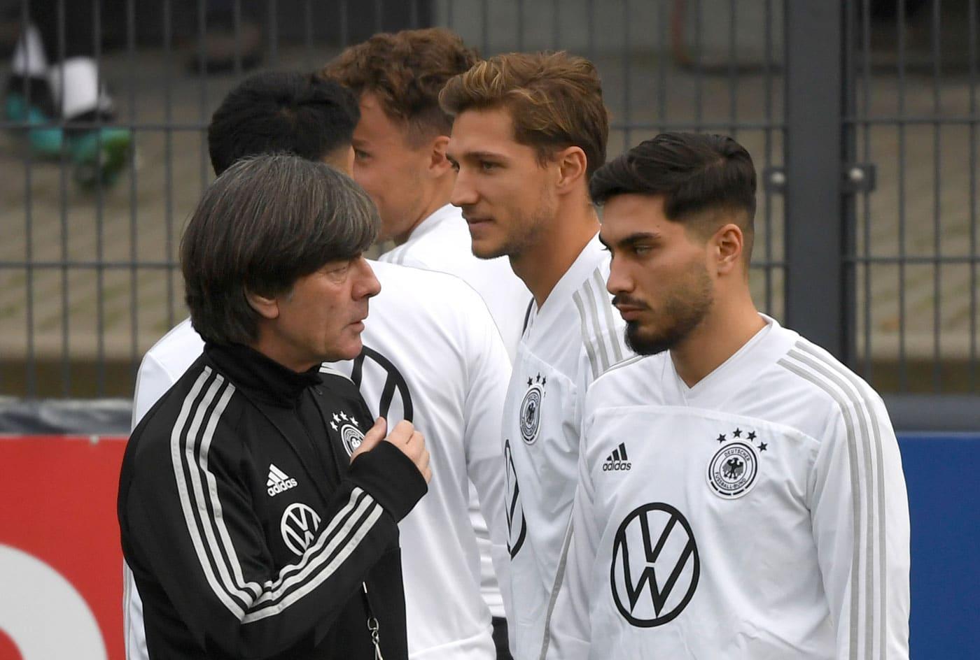 Suat Serdar (rechts) mit Bundestrainer Jogi Löw nach seiner 1.Berufung in die A-Nationalmannschaft im Oktober 2019. Ebenso zu sehen ist Niklas Stark (Mitte). (Foto Ina FASSBENDER / AFP)