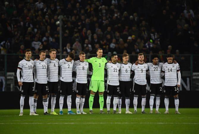 Die deutsche Fußballnationalmannschaft am 16.November 2019 in Mönchengladbach gegen Weissrussland das erste Mal im neuen DFB Trikot 2020. (Photo by INA FASSBENDER / AFP)