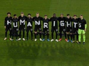 Die deutschen Fußballnationalspieler senden ein Signal nach Katar! Human Rights! (AFP foto Tobias SCHWARZ)