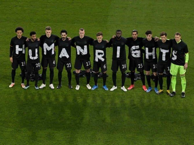 Fußball Länderspiel heute: Die deutschen Fußballnationalspieler senden ein Signal nach Katar! Human Rights! (AFP foto Tobias SCHWARZ)