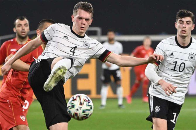 Deutschlands Verteidiger Matthias Ginter kickt den Ball während des Fußball-Qualifikationsspiels Deutschland gegen Nordmazedonien bei der FIFA Fussball-Weltmeisterschaft Katar 2022 in Duisburg, Westdeutschland, am 31. März 2021. (Foto: Ina Fassbender / AFP)